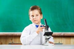 Έξυπνο μοντέρνο χρησιμοποιημένο μαθητής μικροσκόπιο στο μάθημα Στοκ Φωτογραφίες