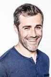 Έξυπνο νέο γενειοφόρο άτομο με το χαμόγελο τρίχας αλατιού και πιπεριών Στοκ εικόνες με δικαίωμα ελεύθερης χρήσης