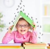 Έξυπνο παιδί στα γυαλιά κάτω από τα μειωμένα ψηφία Στοκ φωτογραφία με δικαίωμα ελεύθερης χρήσης