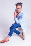 Έξυπνο περιστασιακό άτομο που φορά τα γυαλιά, σχετικά με το πηγούνι του Στοκ φωτογραφία με δικαίωμα ελεύθερης χρήσης