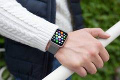 Έξυπνο ρολόι αφής χεριών ατόμων με τα εικονίδια εγχώριας οθόνης apps Στοκ εικόνα με δικαίωμα ελεύθερης χρήσης