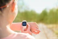 Έξυπνο ρολόι για τον αθλητισμό με το όργανο ελέγχου ποσοστού καρδιών Στοκ Φωτογραφίες