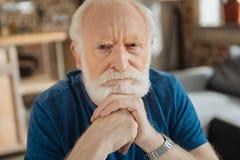 Έξυπνο σοφό άτομο που κρατά το πηγούνι του Στοκ φωτογραφίες με δικαίωμα ελεύθερης χρήσης