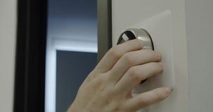 Έξυπνο σπίτι Άτομο που ρυθμίζει την έξυπνη συσκευή θερμοστατών στο σπίτι o φιλμ μικρού μήκους