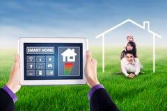 Έξυπνο σπίτι apps και ασιατική οικογένεια Στοκ εικόνα με δικαίωμα ελεύθερης χρήσης