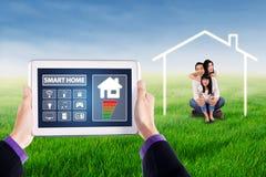 Έξυπνο σπίτι apps και χαρούμενη οικογένεια Στοκ Φωτογραφία