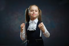 Έξυπνο σχολικό κορίτσι στο ομοιόμορφο πορτρέτο κινηματογραφήσεων σε πρώτο πλάνο στοκ εικόνες