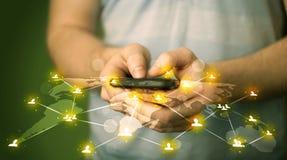Έξυπνο τηλέφωνο εκμετάλλευσης ατόμων με την κοινωνική σύνδεση δικτύων μέσων Στοκ φωτογραφίες με δικαίωμα ελεύθερης χρήσης