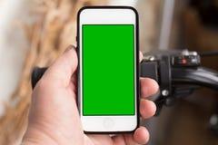 Έξυπνο τηλέφωνο και κοινά ποδήλατα Στοκ φωτογραφία με δικαίωμα ελεύθερης χρήσης