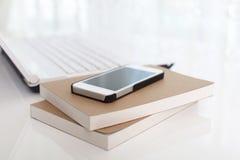 Έξυπνο τηλέφωνο με τα σημειωματάρια στοκ εικόνα με δικαίωμα ελεύθερης χρήσης