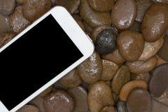 Έξυπνο τηλέφωνο στο αμμοχάλικο στοκ φωτογραφίες