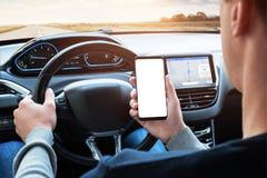 Έξυπνο τηλέφωνο χρήσης οδηγών οδηγώντας Οθόνη Isoalted για app την προώθηση στοκ εικόνες
