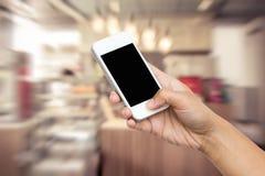 Έξυπνο τηλέφωνο λαβής χεριών γυναικών, ταμπλέτα, κινητό τηλέφωνο Στοκ εικόνα με δικαίωμα ελεύθερης χρήσης