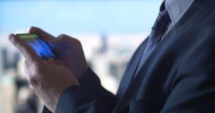 Έξυπνο τηλέφωνο επιχειρησιακών ατόμων με τη γραφική παράσταση και το διάγραμμα χρηματιστηρίου απόθεμα βίντεο