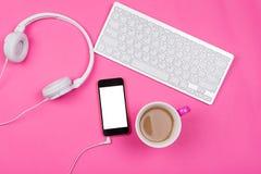 Έξυπνο τηλέφωνο, καφές, ακουστικά και ασύρματο πληκτρολόγιο Στοκ εικόνες με δικαίωμα ελεύθερης χρήσης
