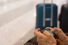 Έξυπνο τηλέφωνο με την ασύρματη σύνδεση Διαδικτύου στο τερματικό αερολιμένων Στοκ φωτογραφία με δικαίωμα ελεύθερης χρήσης