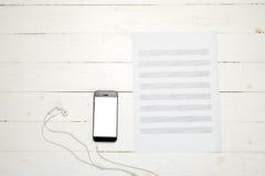 Έξυπνο τηλέφωνο με τη σημείωση εγγράφου μουσικής Στοκ εικόνες με δικαίωμα ελεύθερης χρήσης