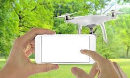 Έξυπνο τηλέφωνο με τον άσπρο κηφήνα ελέγχου οθόνης με app Στοκ Εικόνες