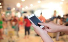 Έξυπνο τηλέφωνο οθόνης λαβής και αφής χεριών, θολωμένο στο περίληψη pho στοκ φωτογραφία με δικαίωμα ελεύθερης χρήσης