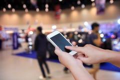 Έξυπνο τηλέφωνο οθόνης λαβής και αφής χεριών Στοκ εικόνες με δικαίωμα ελεύθερης χρήσης