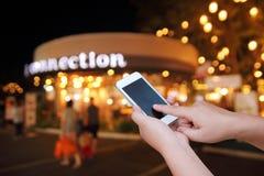 Έξυπνο τηλέφωνο οθόνης λαβής και αφής χεριών στοκ εικόνες