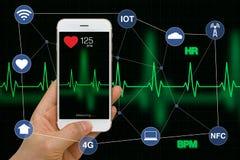 Έξυπνο τηλέφωνο που μετρά την έννοια εφαρμογής ποσοστού καρδιών με την καρδιά Στοκ φωτογραφία με δικαίωμα ελεύθερης χρήσης