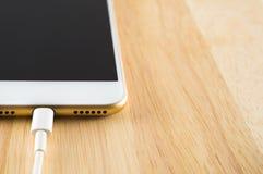 Έξυπνο τηλέφωνο που χρεώνει με το καλώδιο USB Στοκ φωτογραφίες με δικαίωμα ελεύθερης χρήσης