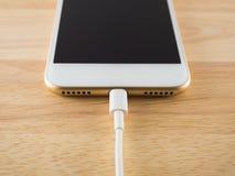 Έξυπνο τηλέφωνο που χρεώνει με το καλώδιο USB Στοκ Εικόνες