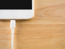 Έξυπνο τηλέφωνο που χρεώνει με το καλώδιο USB Στοκ Φωτογραφίες
