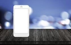 Έξυπνο τηλέφωνο στο ξύλινο γραφείο Άσπρο τηλέφωνο με την απομονωμένη, άσπρη, κενή οθόνη για το πρότυπο Στοκ Εικόνες