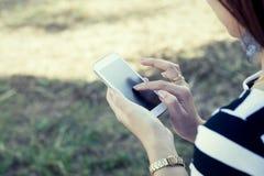 Έξυπνο τηλέφωνο χρήσης χεριών γυναικών, ταμπλέτα, κινητό τηλέφωνο, τηλέφωνο Στοκ Εικόνες