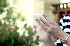 Έξυπνο τηλέφωνο χρήσης χεριών γυναικών, ταμπλέτα, κινητό τηλέφωνο, τηλέφωνο Στοκ εικόνα με δικαίωμα ελεύθερης χρήσης