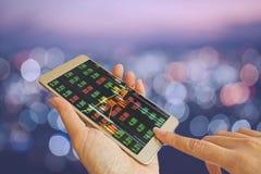 Έξυπνο τηλέφωνο χρήσης χεριών στον πίνακα τηλετύπων αποθεμάτων στοκ φωτογραφία με δικαίωμα ελεύθερης χρήσης