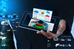 Έξυπνο χέρι που παρουσιάζει διάγραμμα αποθεμάτων που παρουσιάζει όργανο ελέγχου υπολογιστών Στοκ Φωτογραφίες