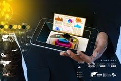Έξυπνο χέρι που παρουσιάζει διάγραμμα αποθεμάτων που παρουσιάζει όργανο ελέγχου υπολογιστών Στοκ Εικόνες