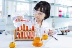 Έξυπνο χημικό υγρό πειραματισμού σχολικών κοριτσιών στοκ εικόνα