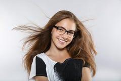 Έξυπνο όμορφο κορίτσι με τα γυαλιά όμορφο χαμόγελο Στοκ εικόνες με δικαίωμα ελεύθερης χρήσης