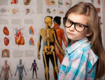 Έξυπνο όμορφο νέο κορίτσι στα γυαλιά Στοκ Φωτογραφία