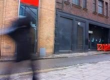 Έξω από μια εγκαταλελειμμένη είσοδο πίσω πορτών ή παρασκηνίων αποθηκών εμπορευμάτων Στοκ φωτογραφίες με δικαίωμα ελεύθερης χρήσης