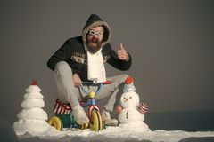 Έξω από τη σταθερή μορφή Άγιος Βασίλης Το Hipster στα πειραματικά γυαλιά και την παρουσίαση κουκουλών φυλλομετρεί επάνω Στοκ φωτογραφίες με δικαίωμα ελεύθερης χρήσης