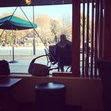 Έξω από café το παράθυρο Στοκ φωτογραφία με δικαίωμα ελεύθερης χρήσης