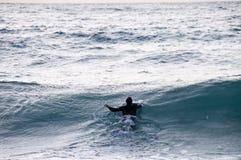 έξω θάλασσα surfer που κολυμπά Στοκ εικόνα με δικαίωμα ελεύθερης χρήσης