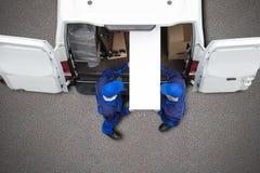 Έπιπλα εκφόρτωσης μετακινούμενων από το όχημα στοκ φωτογραφίες με δικαίωμα ελεύθερης χρήσης