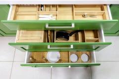 Έπιπλα κουζινών σε πράσινο με τα ανοικτά συρτάρια στοκ εικόνες με δικαίωμα ελεύθερης χρήσης