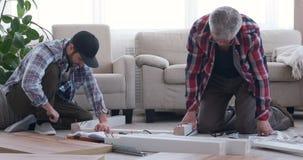 Έπιπλα συγκέντρωσης δύο ξυλουργών στο σπίτι απόθεμα βίντεο