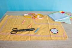 Έπιπλα και εξοπλισμός για στο ράβοντας εργαστήριο σχεδιαστών εργαλεία για για το χόμπι όργανα που ράβουν την τέχνη στην ξύλινη ΤΣ Στοκ Εικόνα