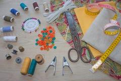 Έπιπλα και εξοπλισμός για στο ράβοντας εργαστήριο σχεδιαστών εργαλεία για για το χόμπι όργανα που ράβουν την τέχνη στην ξύλινη ΤΣ Στοκ Εικόνες