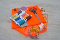 Έπιπλα και εξοπλισμός για στο ράβοντας εργαστήριο σχεδιαστών Όργανα που ράβουν την τέχνη στο ξύλινο υπόβαθρο κοντά επάνω εργαλεία Στοκ φωτογραφία με δικαίωμα ελεύθερης χρήσης