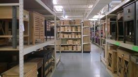 Έπιπλα και καλάθι αποθήκευσης στην πώληση ραφιών Στοκ εικόνες με δικαίωμα ελεύθερης χρήσης