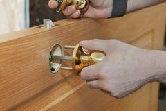 Έπιπλα πορτών, woodworker που εγκαθιστούν το κλειδωμένο εσωτερικό γυρίζοντας δ στοκ φωτογραφίες